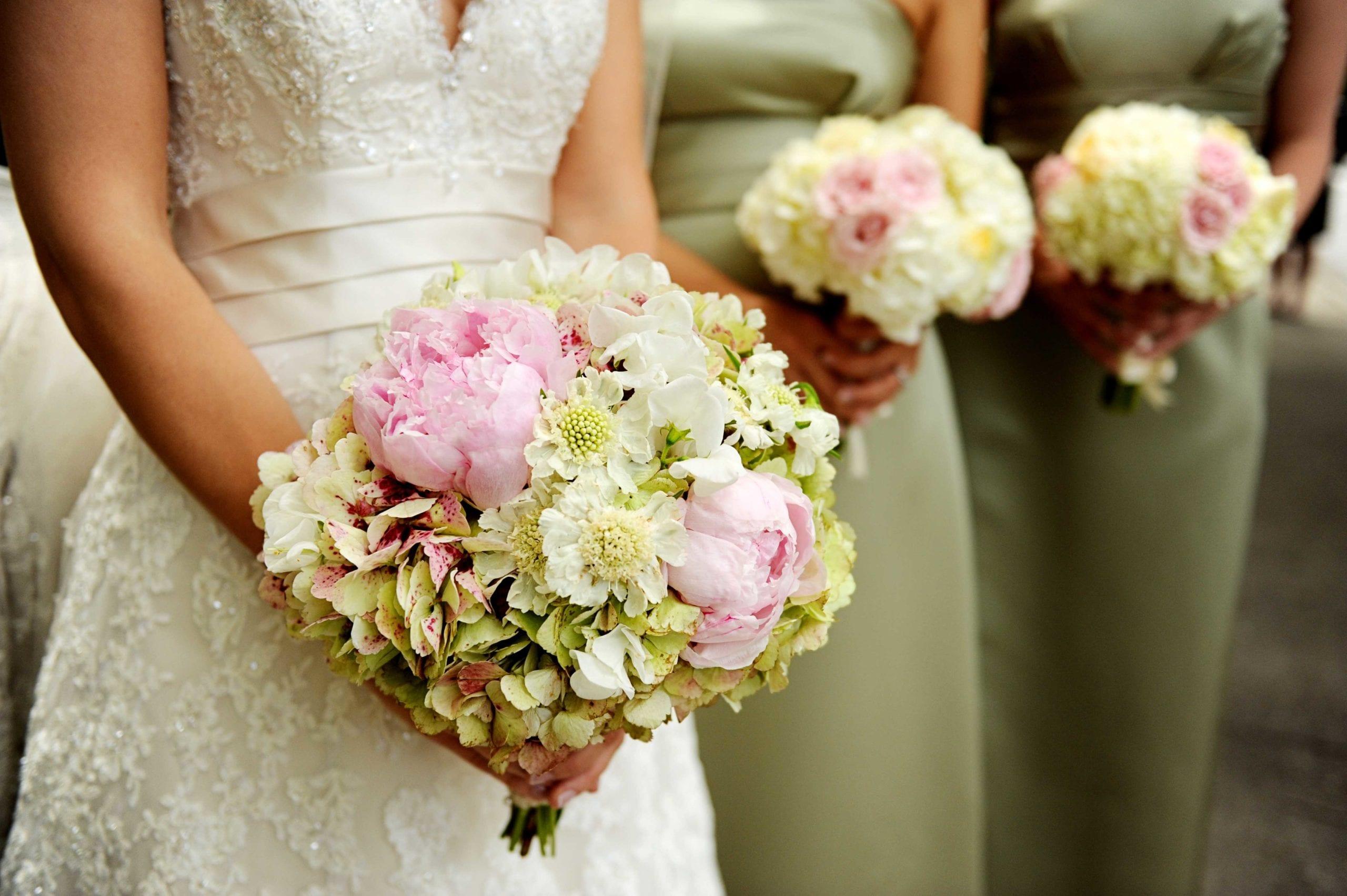 bouquet sposa e damigelle per cerimonia primaverile