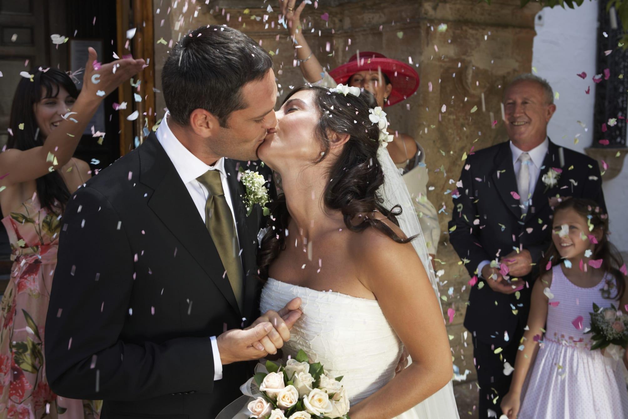 lancio riso e petali sugli sposi