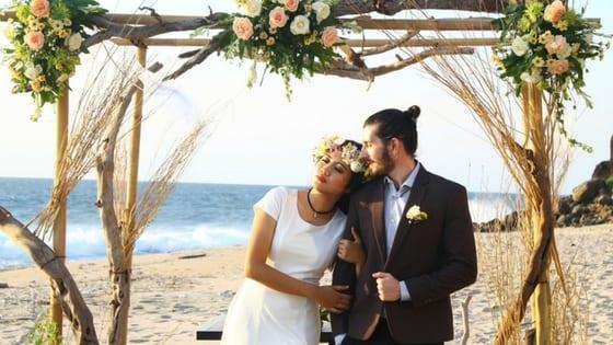 matrimonio coppia mista italiano e straniero sulla spiaggia
