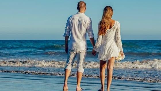 matrimonio a piedi nudi sulla spiaggia