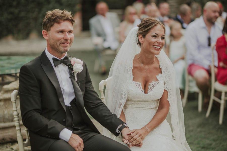 matrimonio civile tra lecce e brindisi: gli sposi che ridono durante le letture